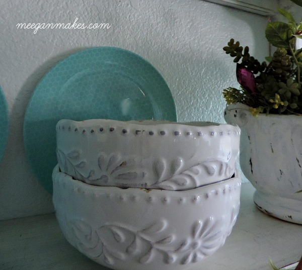 White Ceramic Bowls with Honeycomb Plates
