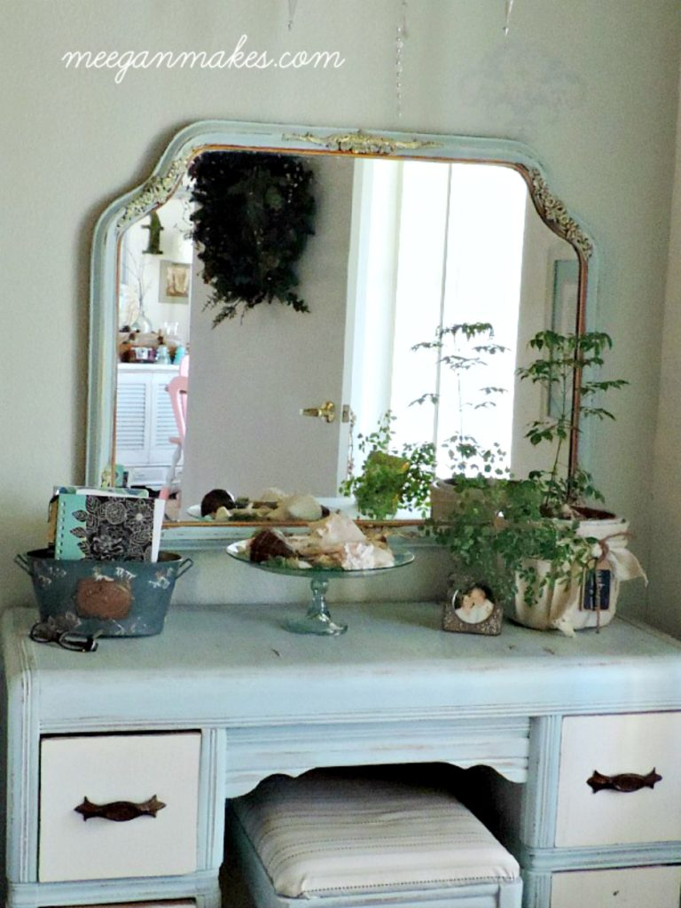 Vintage-Mirror-with-Gold-Accents