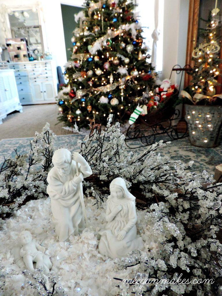 nativity-in-a-crystal-wreath-so-pretty